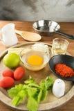 Huevo y especia para cocinar sano en fondo de madera de la tabla Fotografía de archivo libre de regalías