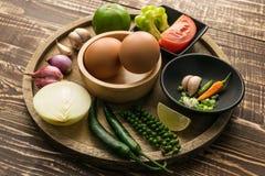 Huevo y especia para el cocinero sano en el fondo de madera i de la tabla Fotografía de archivo