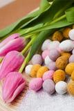 Huevo y flores de Pascua Foto de archivo libre de regalías