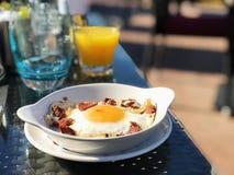 Huevo y hamm con el fondo del zumo de naranja foto de archivo libre de regalías