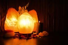 Huevo y lámparas naturales de la sal   Sal Himalayan foto de archivo libre de regalías
