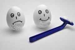 Huevo y maquinilla de afeitar foto de archivo