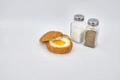 Huevo y pan hervidos mitad imagen de archivo libre de regalías