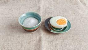 Huevo y sal Fotos de archivo libres de regalías
