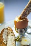 Huevo y tostada hervidos Fotos de archivo
