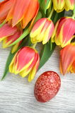 Huevo y tulipanes hechos a mano rasguñados de Pascua Imágenes de archivo libres de regalías