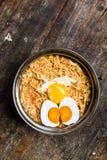 Huevo y yema de huevo de la sal de la visión superior con los tallarines picantes del estilo tailandés en la tabla Imagenes de archivo