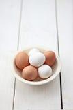 Huevos adentro con el cuenco Fotos de archivo libres de regalías