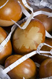Huevos adornados con el modelo de la hoja en el papel destrozado Fotos de archivo libres de regalías