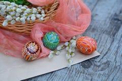 Huevos adornados, de Pascua y sauce - regalos de pascua Fotografía de archivo libre de regalías
