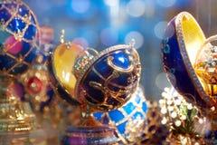 Huevos adornados (huevos de Faberge) en el contador Foto de archivo libre de regalías