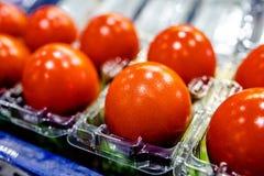 Huevos adornados rojos de Pascua en fondo de la caja Concepto mínimo de pascua para la suerte y bienestar en tradicional chino fotografía de archivo libre de regalías
