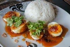 Huevos agridulces con la salsa del tamarindo, y el arroz imágenes de archivo libres de regalías