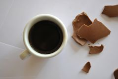 Huevos agrietados chocolate y taza del café espresso Backgr blanco imágenes de archivo libres de regalías