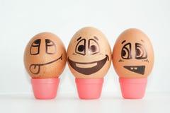 Huevos alegres tres amigos, huevos marrones Foto de archivo