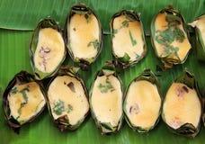 Huevos asados a la parrilla en la vigueta de la hoja del plátano, comida tailandesa de la tradición imágenes de archivo libres de regalías