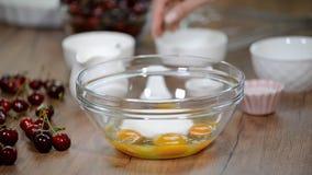 Huevos, azúcar cocinar los ingredientes en cuenco aliste para la pasta de mezcla metrajes