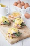 Huevos Benedicto con el jamón y el espárrago imagen de archivo libre de regalías