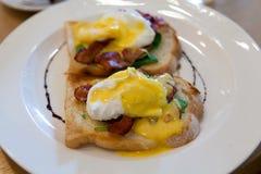Huevos Benedicto con tocino y espinaca Foto de archivo