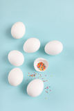Huevos blancos del pollo de la decoración de Pascua y huevo quebrado con coloreado Imagenes de archivo