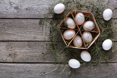 Huevos blancos del pollo fresco en cartón en fondo de madera rústico Imagen de archivo