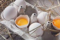 Huevos blancos del pollo fresco en cartón en fondo de madera rústico Imagen de archivo libre de regalías