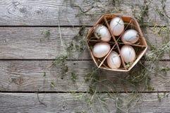 Huevos blancos del pollo fresco en cartón en fondo de madera rústico Foto de archivo