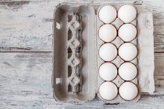 Huevos blancos en el embalaje moderno de la cartulina fotografía de archivo libre de regalías