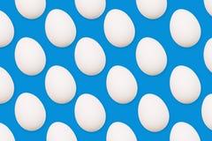 Huevos blancos en un fondo azul Muchos huevos arreglaron en fila Visión desde arriba stock de ilustración