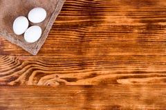 Huevos blancos en un fondo de madera fotos de archivo libres de regalías