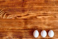 Huevos blancos en un fondo de madera fotografía de archivo libre de regalías