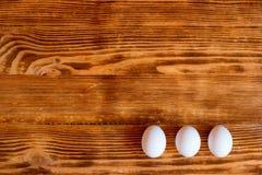 Huevos blancos en un fondo de madera imágenes de archivo libres de regalías