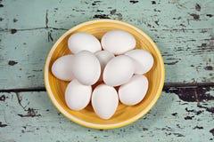 Huevos blancos en una placa amarilla Fotografía de archivo