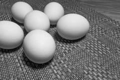 Huevos blancos en una tabla fotos de archivo