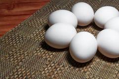 Huevos blancos en una tabla imagen de archivo libre de regalías