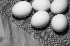 Huevos blancos en una tabla foto de archivo libre de regalías