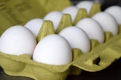 Huevos blancos frescos en una jerarquía fotos de archivo libres de regalías