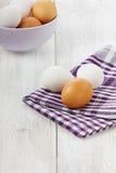 Huevos blancos y marrones Imagenes de archivo