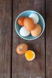 Huevos blancos y marrones del pollo Fotografía de archivo libre de regalías
