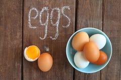 Huevos blancos y marrones del pollo Imagenes de archivo