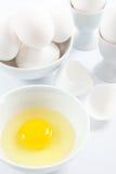 Huevos blancos y yema de huevo amarilla Imagenes de archivo
