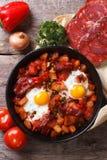 Huevos cocidos con el chorizo y las verduras cerca encima de la visión superior Fotos de archivo