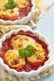 Huevos cocidos de las mitades en salsa de tomate fotos de archivo