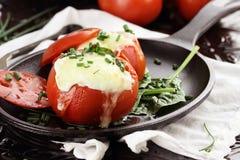 Huevos cocidos en tomate imagen de archivo