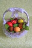 Huevos coloreados del pollo de Pascua con los tintes Imágenes de archivo libres de regalías