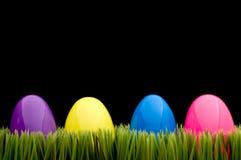 Huevos coloreados en hierba Fotografía de archivo libre de regalías
