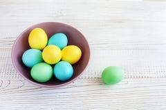 Huevos coloreados en una placa Fotografía de archivo