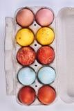 Huevos coloreados multi en envase Fotos de archivo libres de regalías