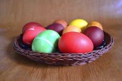 Huevos coloridos con los modelos Fotografía de archivo libre de regalías