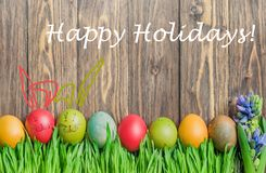 Huevos coloridos de Pascua y conejito lindo en hierba verde Foto de archivo